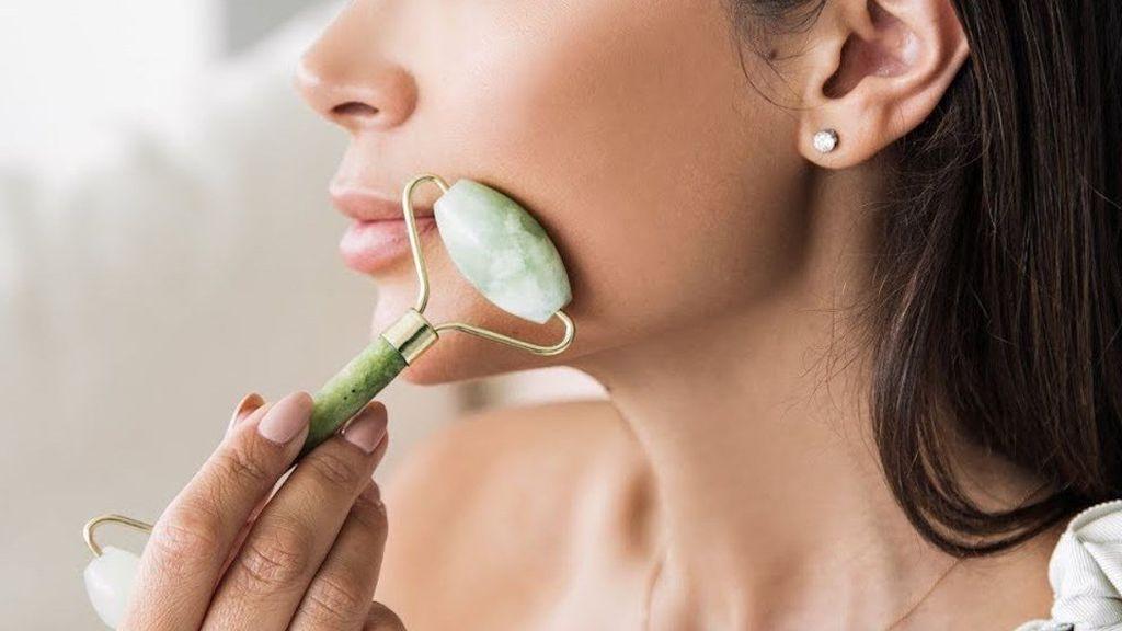 Masajeador de malaquita, el elemento perfecto para cuidar tu piel: así podrás hacer que se vea más tersa y brillante.