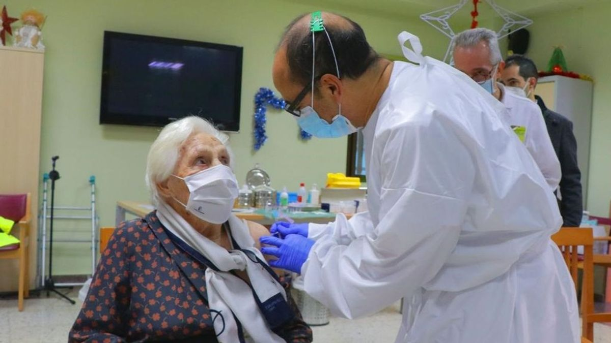 España completa la primera fase de la vacunación: ancianos de residencias y trabajadores están inmunizados