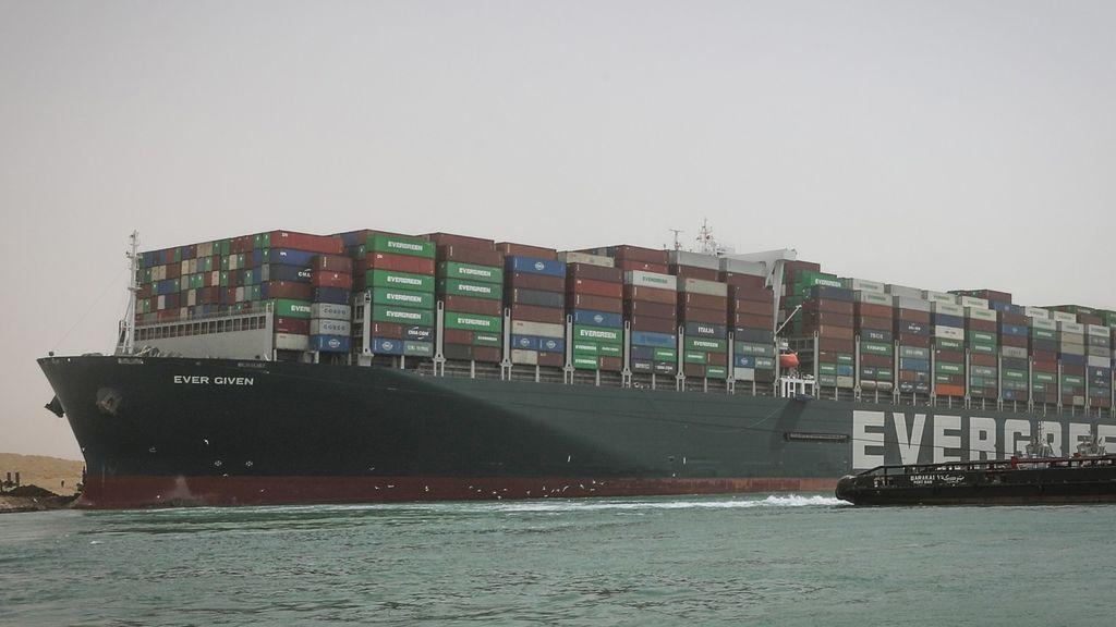 El barco atravesado en el canal