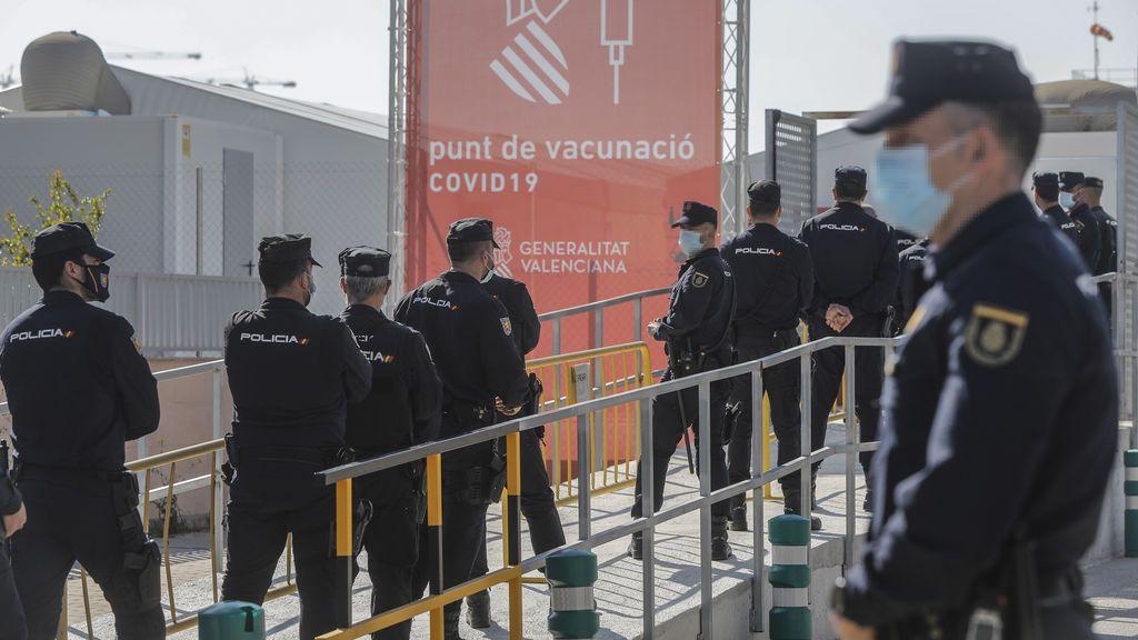 """Policías nacionales y guardias civiles denuncian """"marginación"""" por no ser prioritarios en la vacunación de Cataluña"""