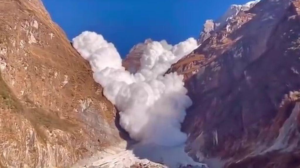 Avalancha de nubes: ¿cómo se explica este espectacular fenómeno grabado en Nepal?
