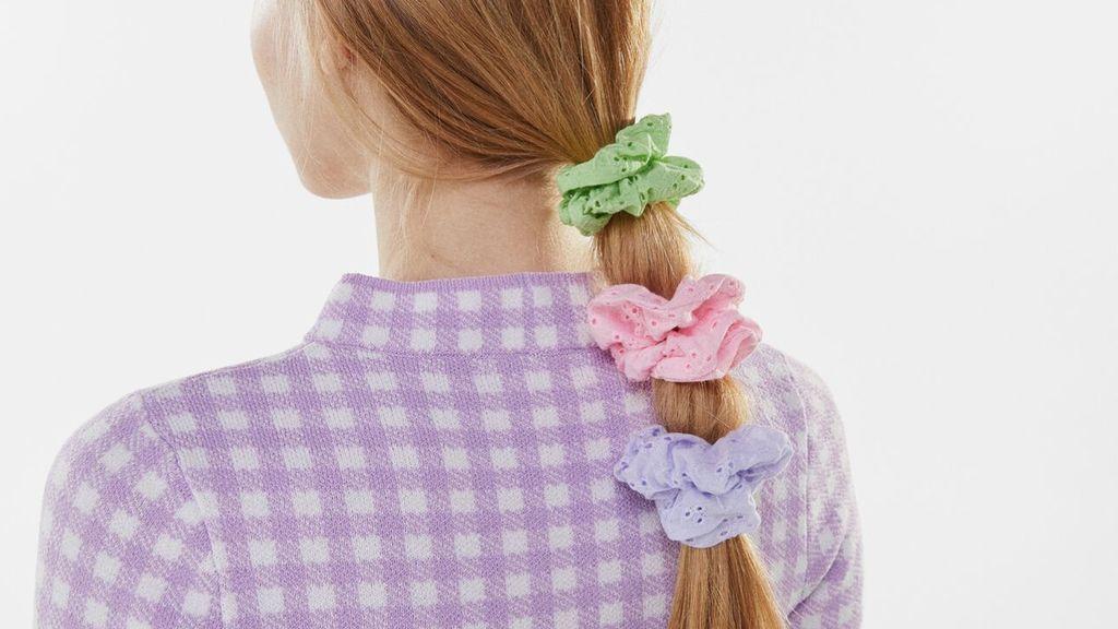 El coletero scrunchie que llevan las celebs y es tendencia esta primavera: todos los modelos y cómo llevarlos