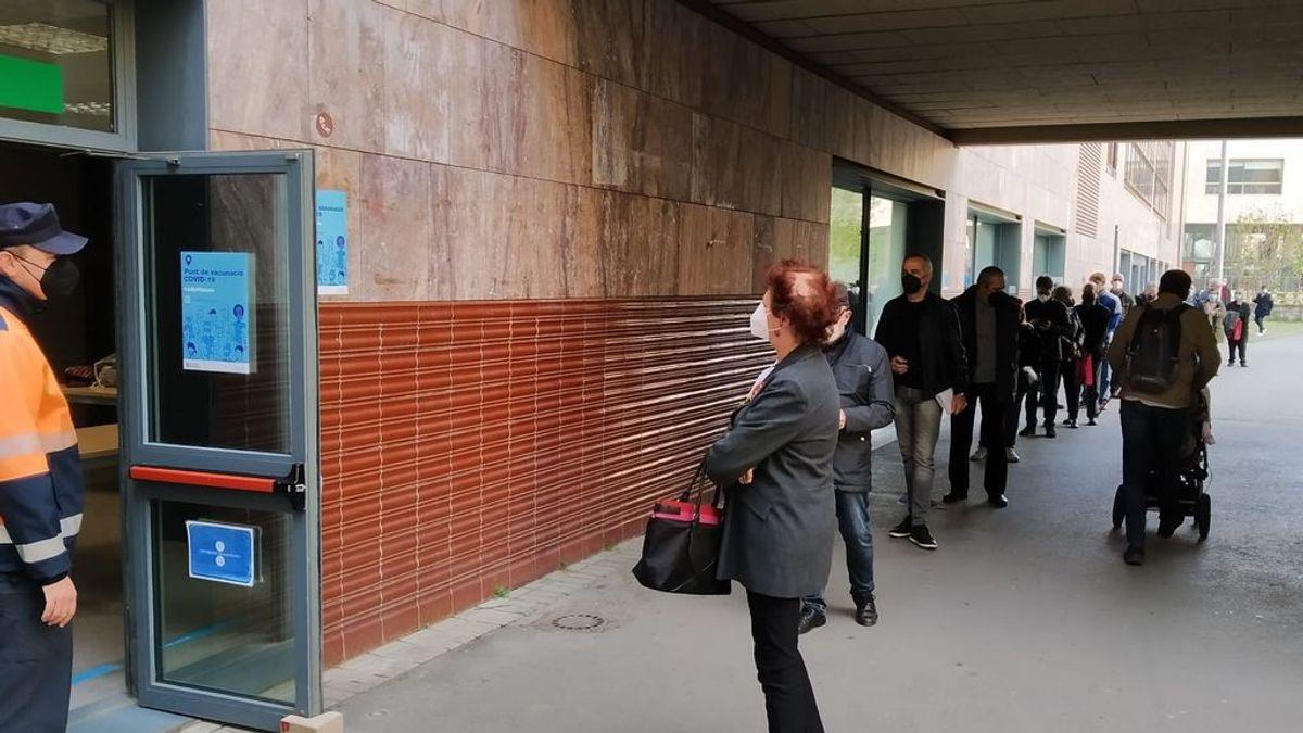 Largas colas de catalanes entre 60 y 65 años para vacunarse con AstraZeneca