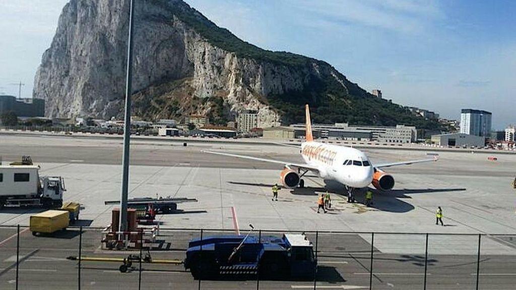 Un avión en el aeropuerto de Gibraltar