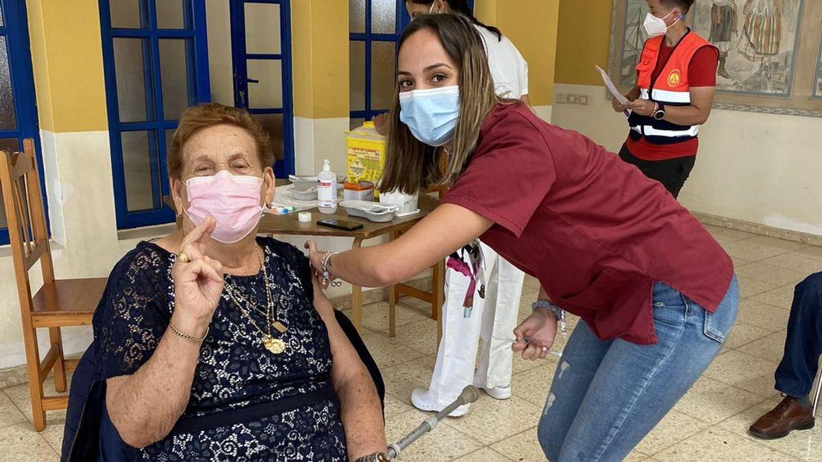 """La enfermera que vacunó a su propia abuela: """"Orgullosa de poder hacerlo yo"""""""