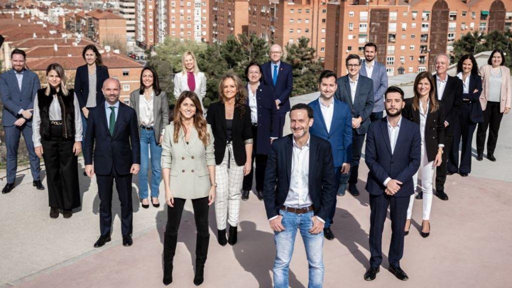 Edmundo Bal posa con los miembros de su candidatura al 4M