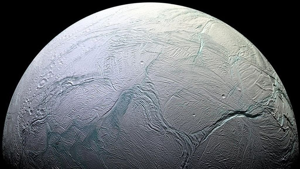 Encélado, uno de los satélites de Saturno, podría tener un importante parecido con la Tierra