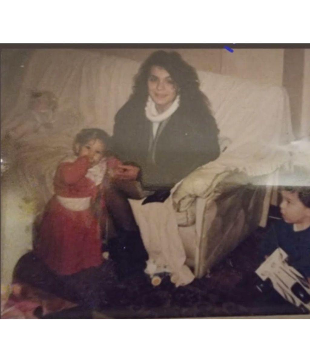 Los hermanos Casas recuperan fotos antiguas de su madre para felicitarla