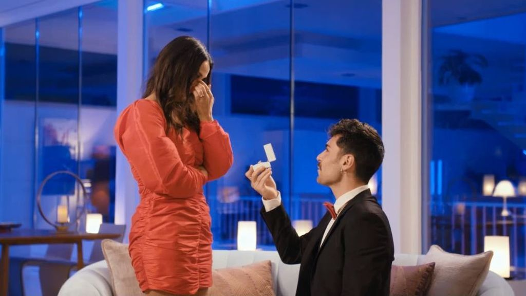 Hugo le pide matrimonio a Lara y a Sandra Barneda que sea la madrina