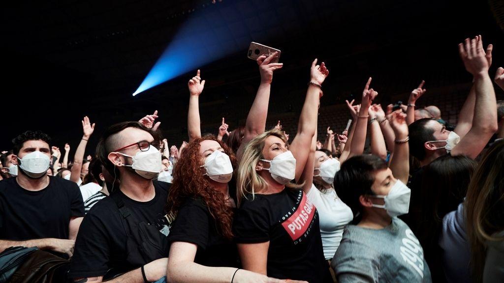 Love of Lesbian ofrece el primer concierto masivo en pandemia: 5000 personas se congregan en el palau Sant Jordi de Barcelona
