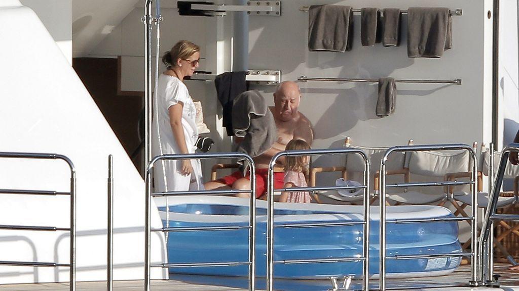 Amancio Ortega, en su barco con su familia