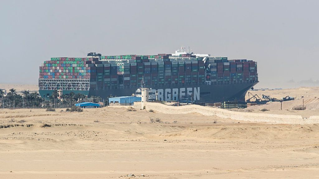 Consiguen liberar el buque 'Ever Given' que bloqueaba el Canal de Suez