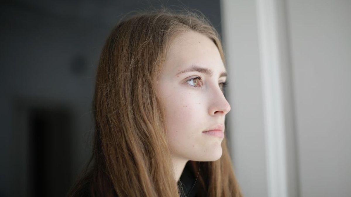 Una chica mirando por la ventana
