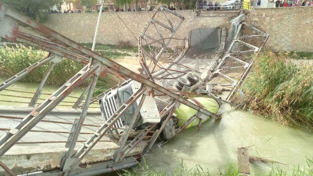 Un camión cae al río tras partirse en dos el puente de un pueblo de Murcia