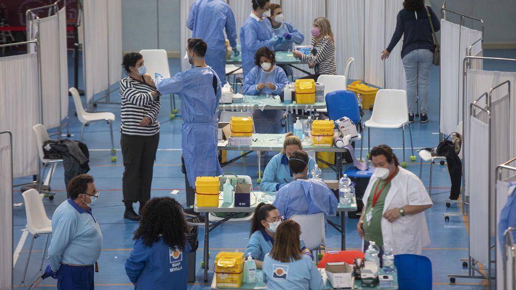 Administración de la vacuna contra la COVID-19 de AstraZeneca en el pabellón SADUS Sevilla
