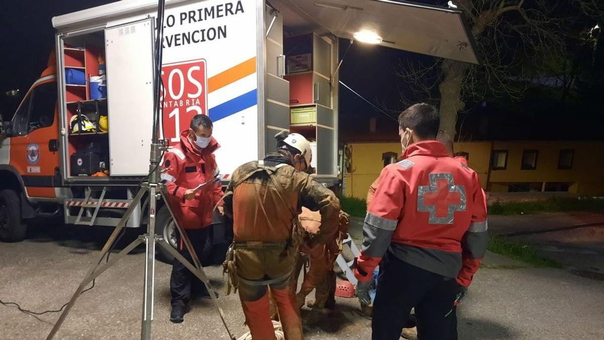 Rescatado con vida un espeleólogo herido en una cueva en Cantabria