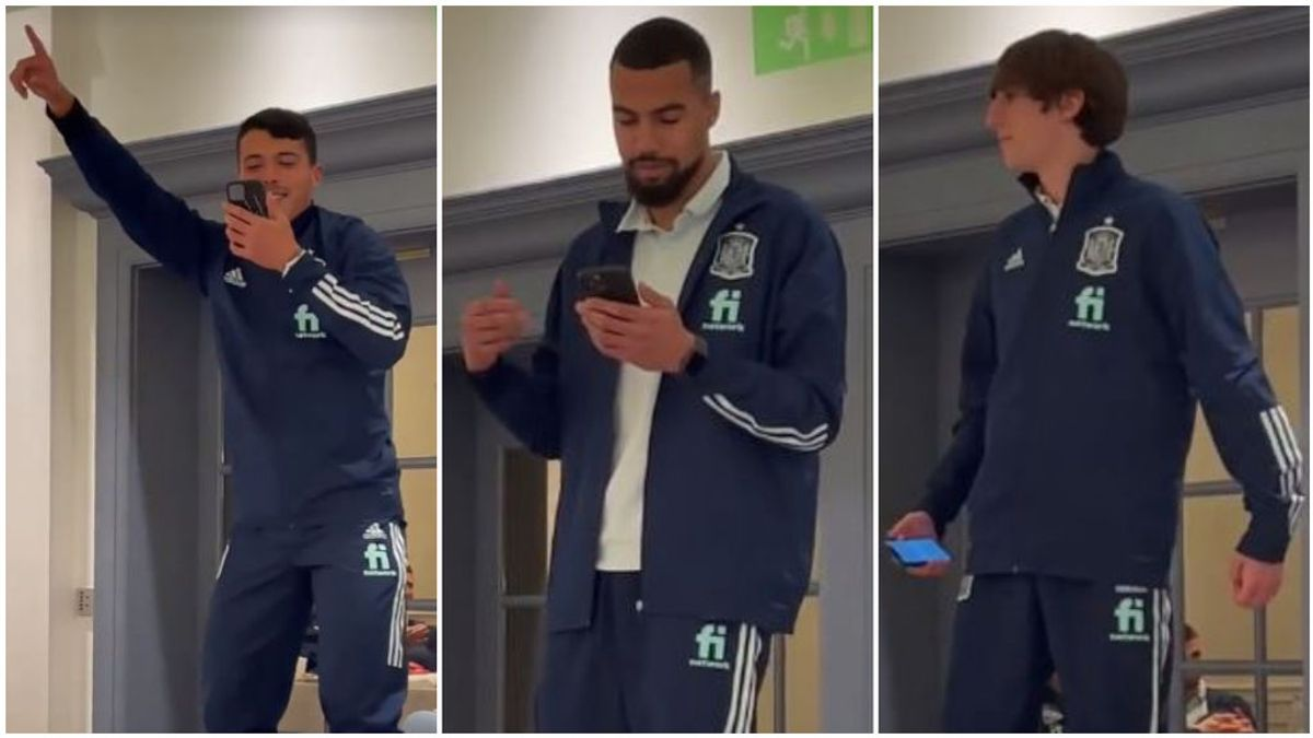 Los jugadores de la Selección, 'cumpliendo' con las novatadas.