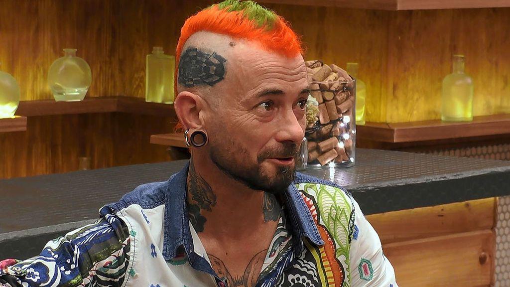 """Carlos Sobera, al ver que Daniel tiene un agujero negro tatuado en la mano: """"¿Tú a qué te dedicas profesionalmente?"""""""