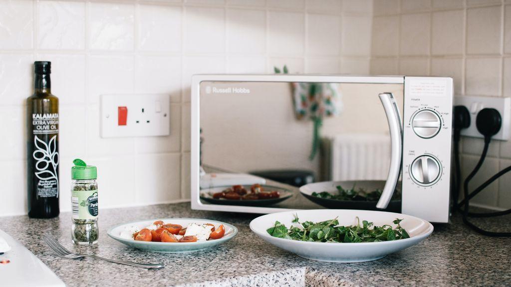 ¿Sin tiempo para cocinar? Aquí tienes cuatro recetas al microondas para cocinar rápido y sano
