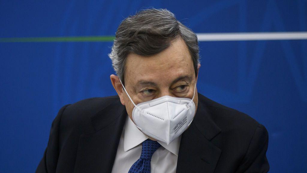 El primer ministro italiano Mario Draghi se vacuna con AstraZeneca