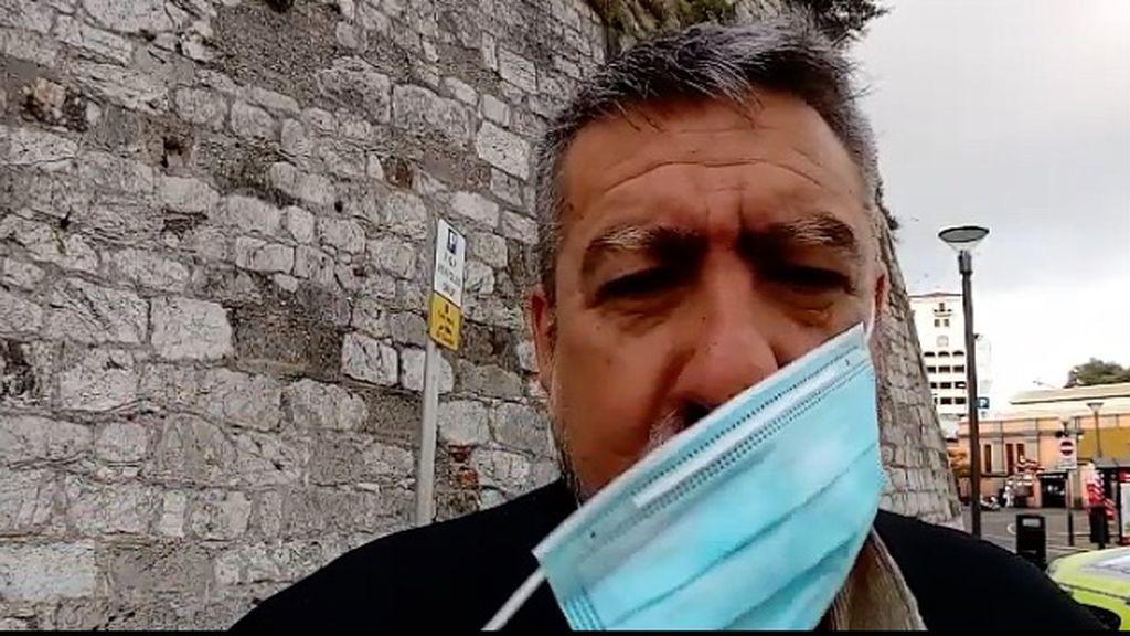 Antonio quitándose al mascarilla al salir de su trabajo en Gibraltar