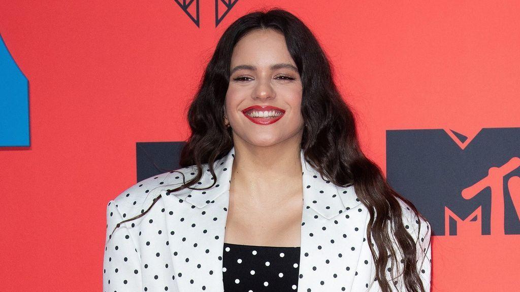 """El nuevo peinado de Rosalía con el complemento que puede volver a ponerse de moda: """"Bellísima"""""""