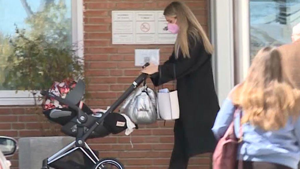 Edurne a la salida de la clínica Ruber con su hija
