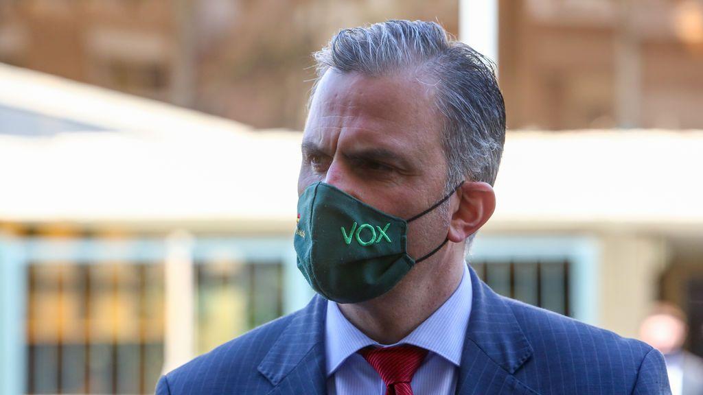 """Javier Ortega Smith reclama una """"política de altura"""" subido a una inmensa grúa en Madrid"""