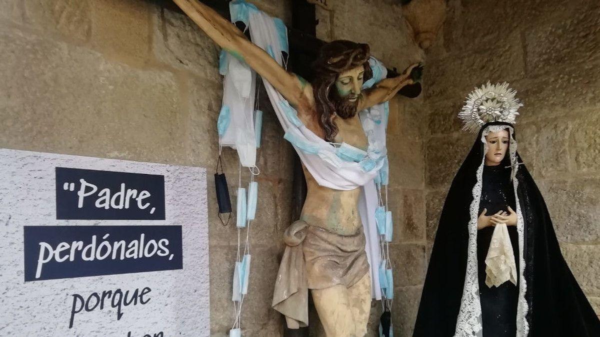 El Cristo del Buen Viaje, más 'protegido' que nunca en Pontevedra con un sudario de mascarillas quirúrgicas