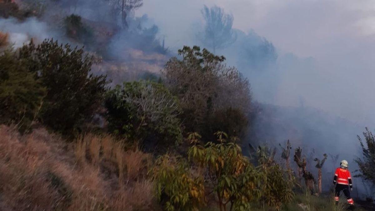 Rescatadas cinco personas, entre ellas una niña, al quedar atrapadas por un incendio en una cala de Málaga