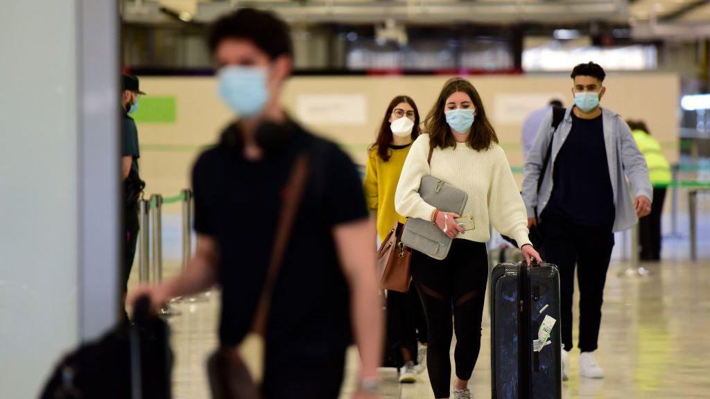 El Gobierno prorroga la cuarentena de 10 días para los viajeros procedentes de países de riesgo