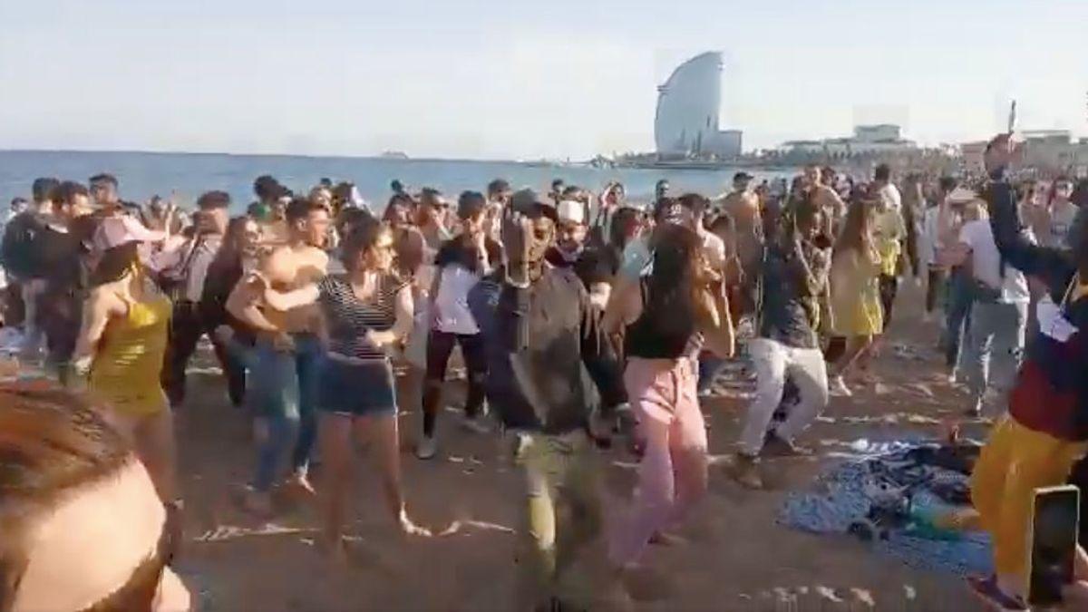 Decenas de jóvenes bailan sin mascarilla en la playa de la Barceloneta