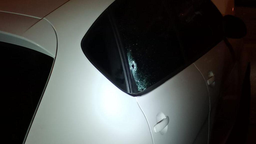 coche con impacto de bala en el cristal