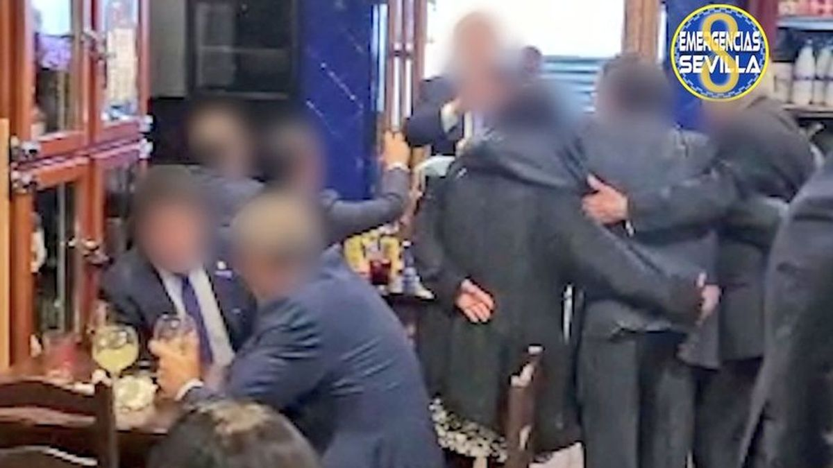 En la barra, entre abrazos, sin distancia ni mascarilla: el desalojo de dos bares de Sevilla que termina con dos detenidas