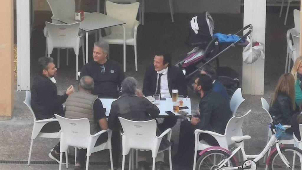 """El alcalde de Cádiz, 'Kichi', se disculpa por estar en una mesa de un bar con otras seis personas: """"Fue un descuido"""""""