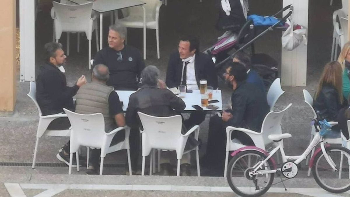 """El alcalde de Cádiz se disculpa por """"el descuido"""" de estar en una mesa de un bar con otras seis personas"""