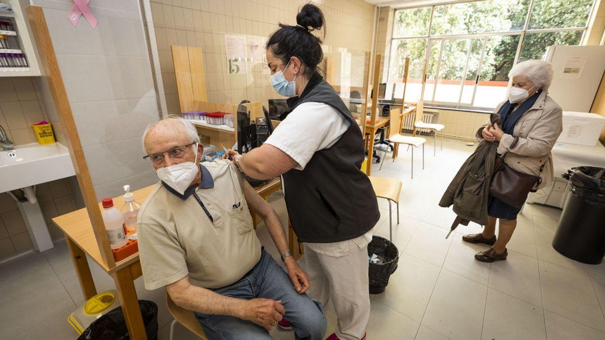 EuropaPress_3629118_sanitaria_vacuna_hombre_mayor_80_anos_dosis_pfizer_ambulatorio_virgen