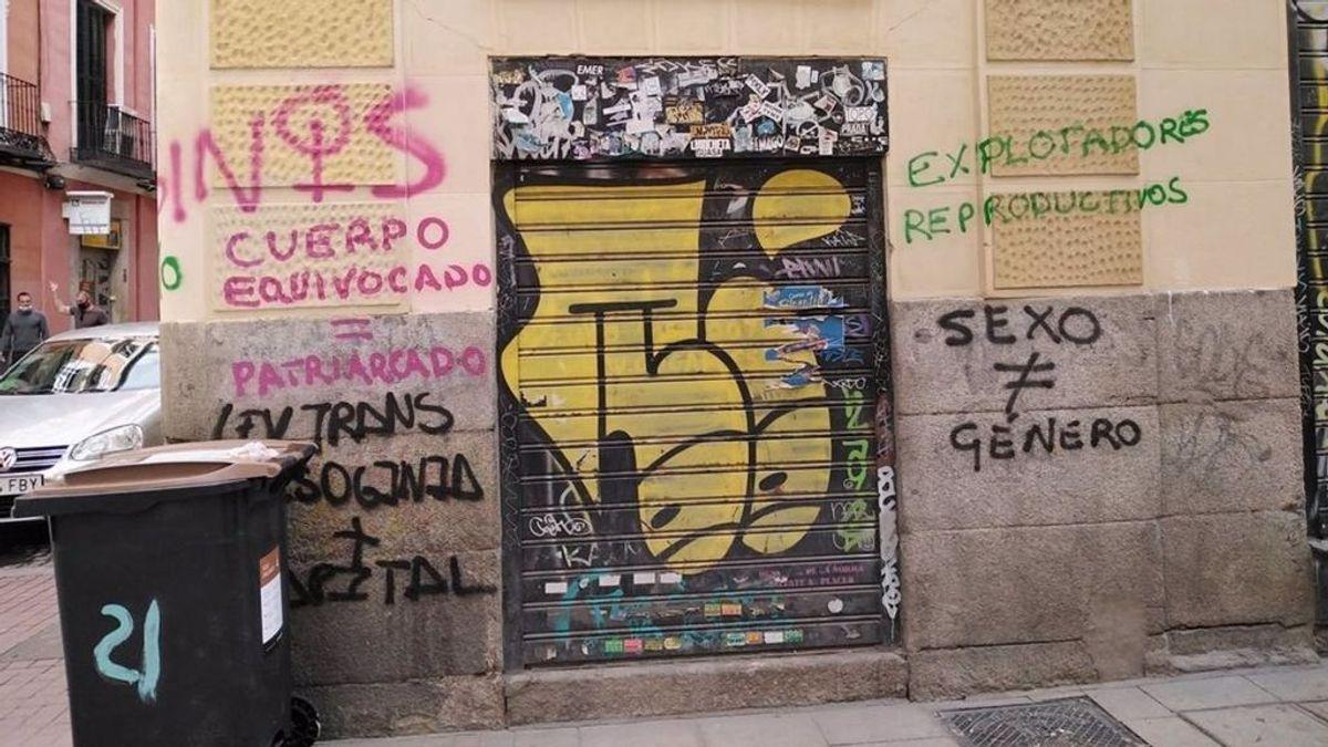 """Amanece vandalizada la sede de COGAM con pintadas contra la Ley Trans: """"Cuerpo equivocado = Patriarcado"""""""