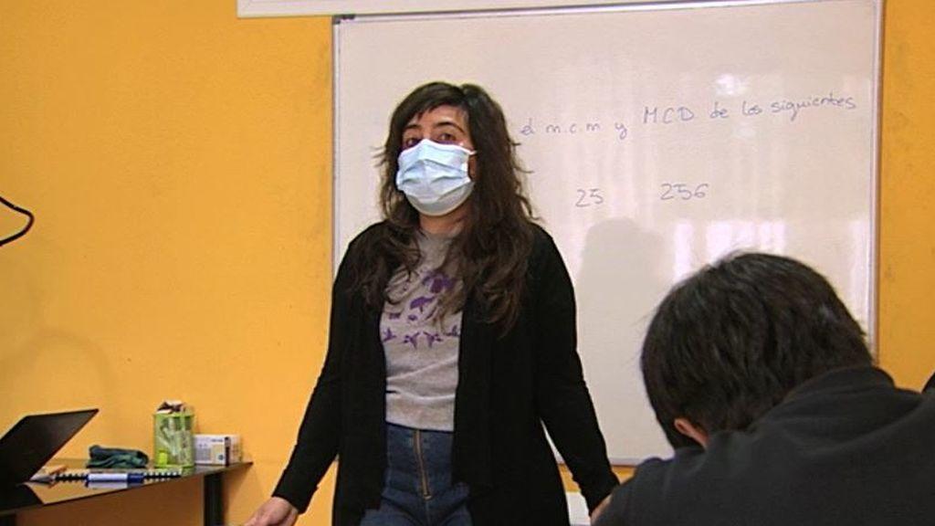 Doctores con estancias en el extranjero sobreviven dando clases a escolares