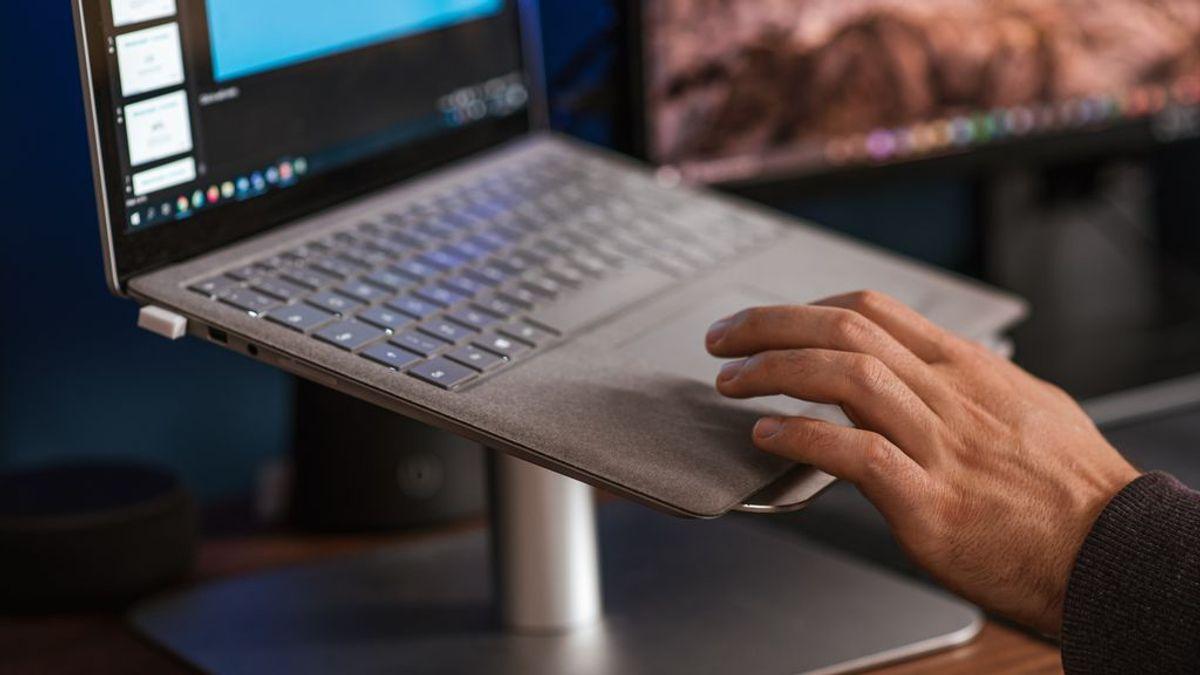 Escritorio de pie: tres beneficios de trabajar en un escritorio elevado