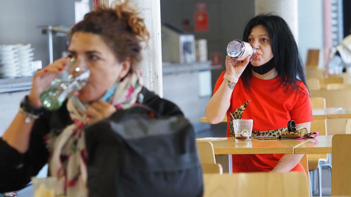 Nueve comunidades superan la incidencia recomendada por Sanidad para cerrar el interior de bares