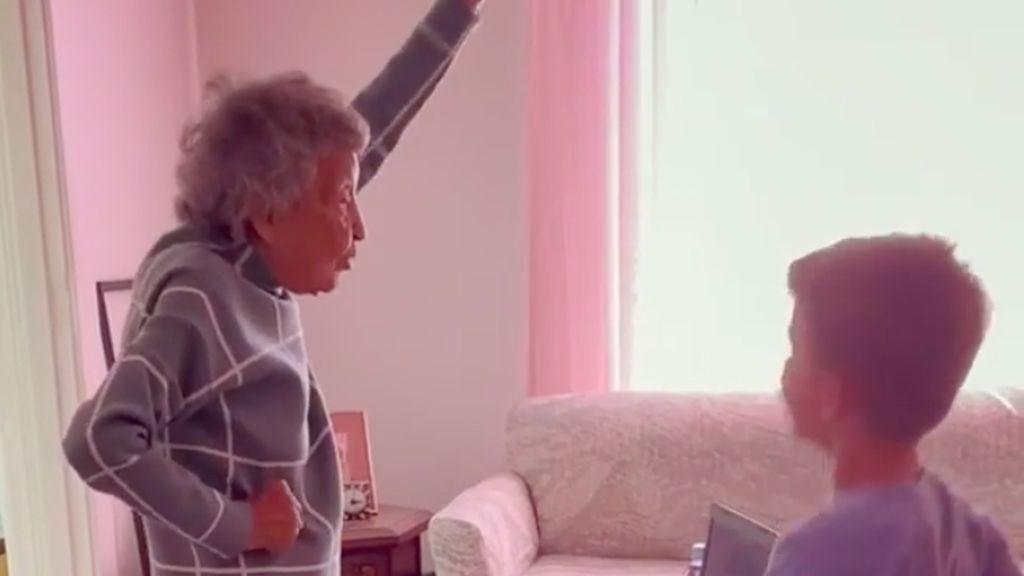 Bailando con 102 años: Julia o cómo hacer la clase de educación física con tu bisnieto tras ser vacunada