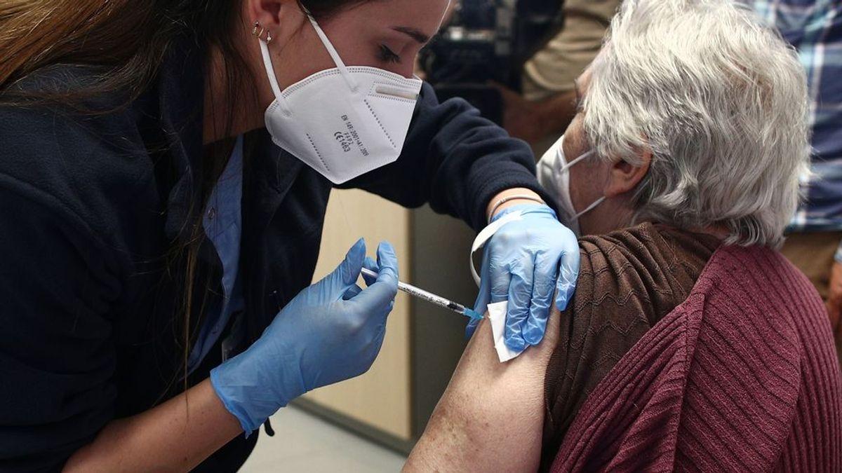 El 'efecto vacuna' desploma la mortalidad entre los mayores de 80 años a la mitad