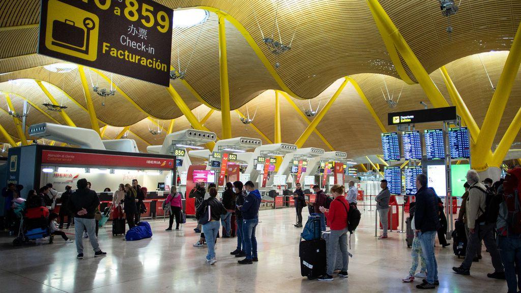 """El aeropuerto de Madrid """"es un coladero de covid"""", incluso """"vienen pasajeros con PCR falsas"""""""