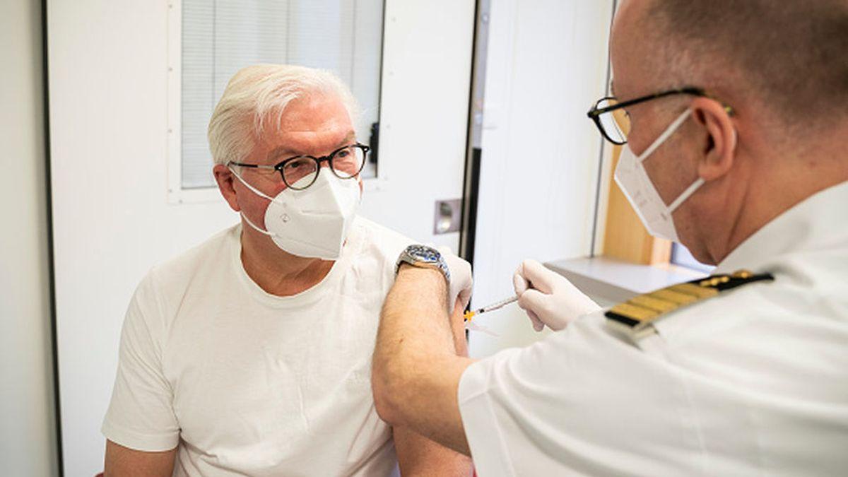 Angela Merkel se vacuna con AstraZeneca y transmiten imagen de seguridad