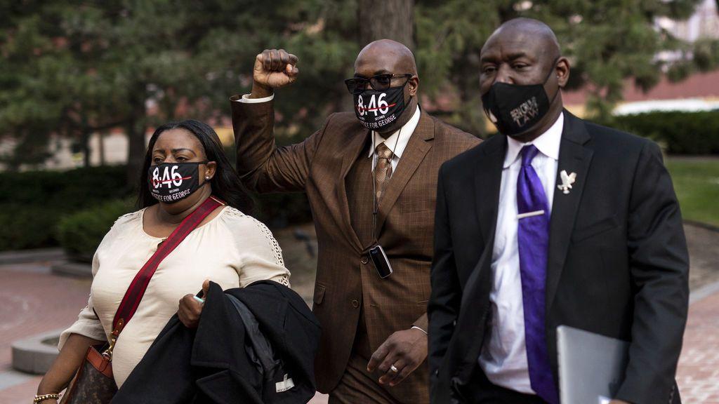 La familia de George Floyd y su abogado a la salida del juzgado