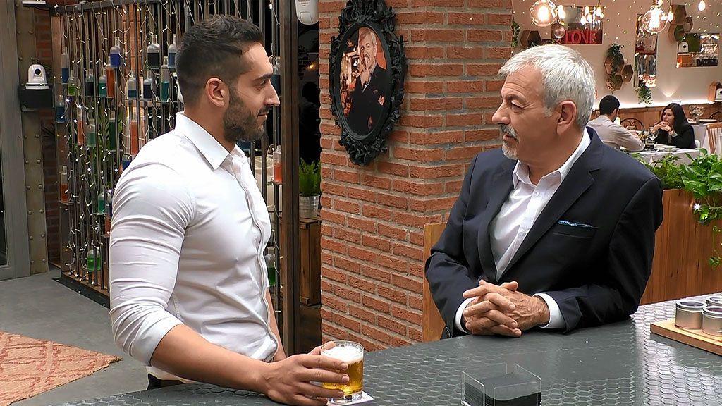 """Carlos Sobera, muy serio a Juan Enrique: """"¿Cómo cabes en esta camisa?"""""""