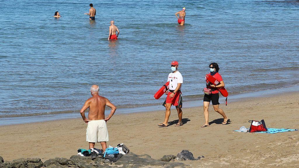 Sanidad propondrá cambiar otra vez la ley y que la mascarilla en la playa solo sea obligatoria si no hay distancia