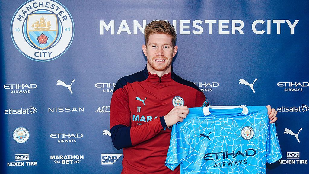 De Bruyne posa con la camiseta del Manchester City.