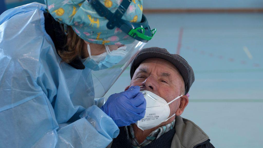 Los muertos por coronavirus en España siguen al alza con 126 y los hospitalizados bajan a 9.412
